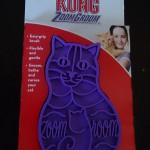くま愛用の猫型ラバーブラシ「KONG(コング)」