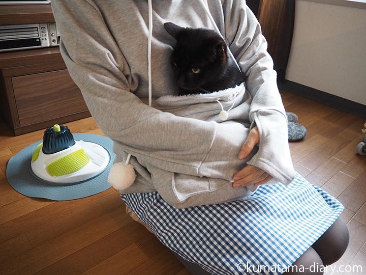 にゃんガルーパーカーで猫を抱っこ