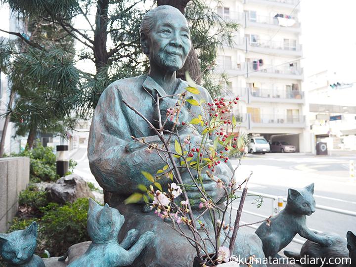 猫を抱く女性の銅像