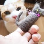 自分たちの毛が使われた「猫毛フェルトの指人形」をチェックする2匹の猫