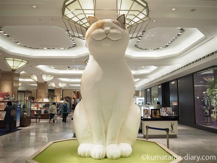 巨大な猫がお出迎え