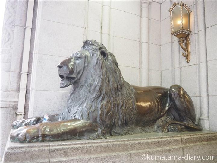 ライオン像左