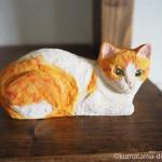 座るうちのネコをモデルに木彫りの猫を作りました