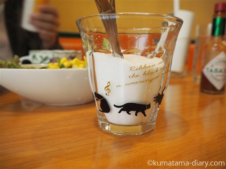 砂糖入れのグラスも猫柄