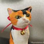 木彫りの三毛猫さんにリボンと鈴をつけました