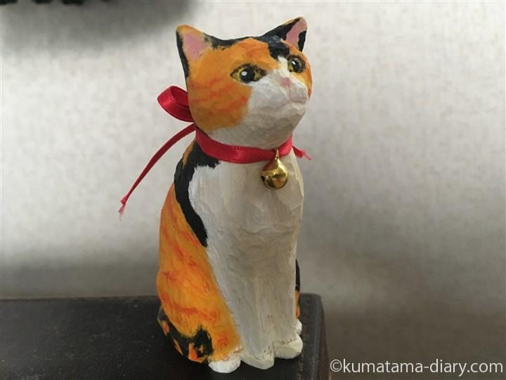 鈴をつけた木彫りの三毛猫さん