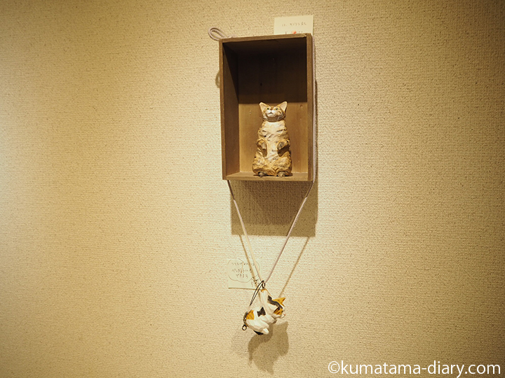 立ち上がる猫と吊り下げ猫