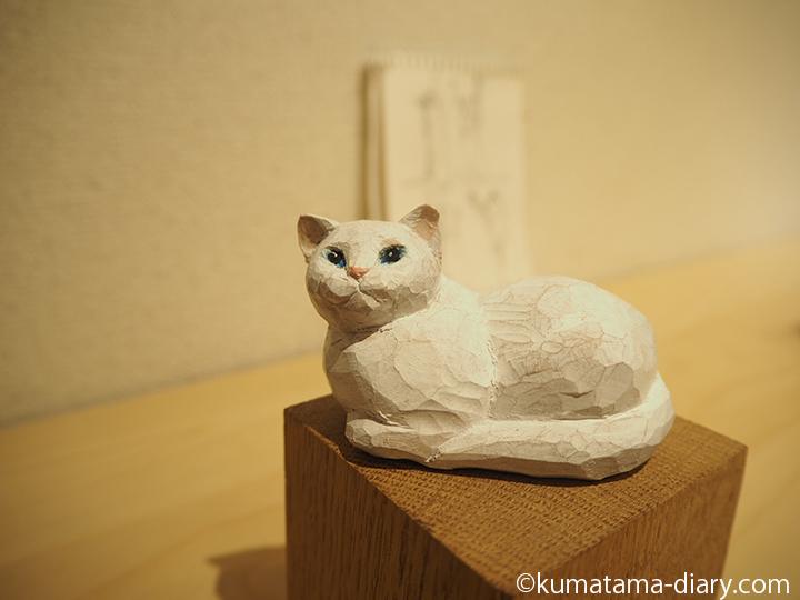 香箱座りの白猫さん