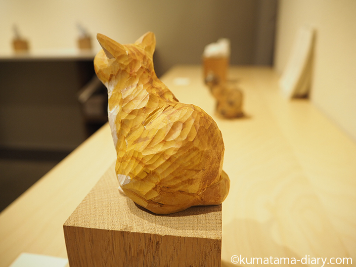 茶トラ白猫さんの後ろ姿