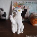 オッドアイの招き猫を木彫りで作りました