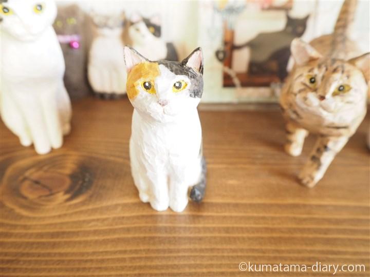 木彫りの三毛猫さんと歩き猫