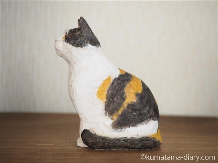 木彫りの三毛猫さん左