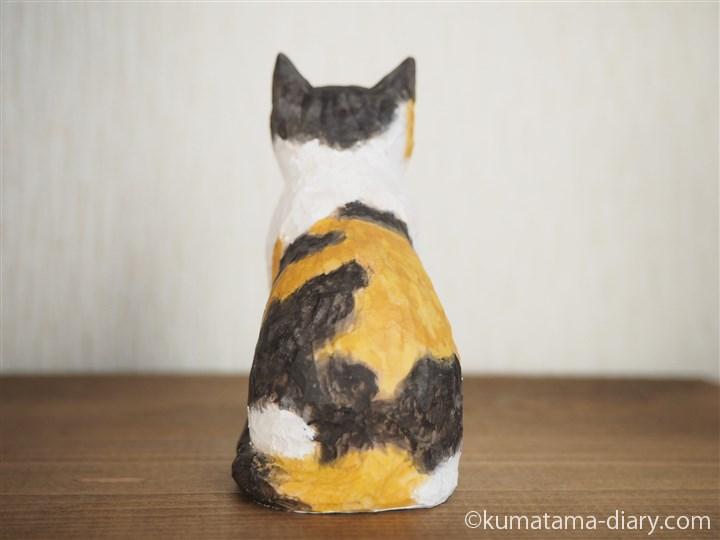 木彫りの三毛猫さん後ろ