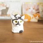 香箱座りの白黒猫さんを木彫りで作りました