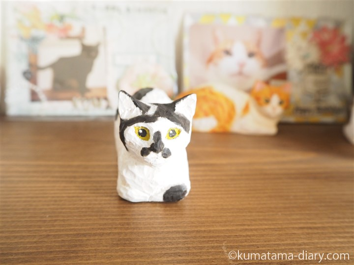 白黒猫の木彫り