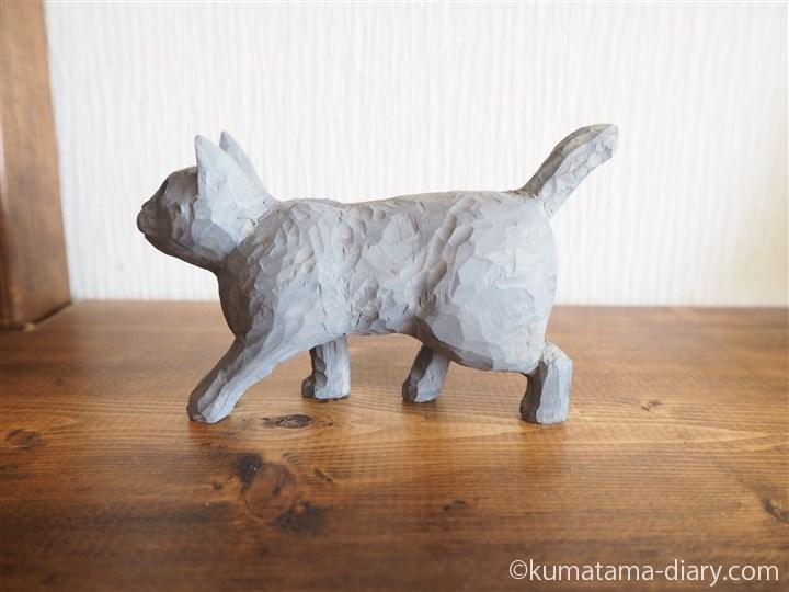 グレーの木彫り猫左
