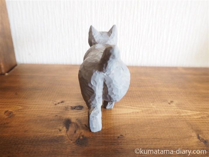 グレーの木彫り猫後ろ