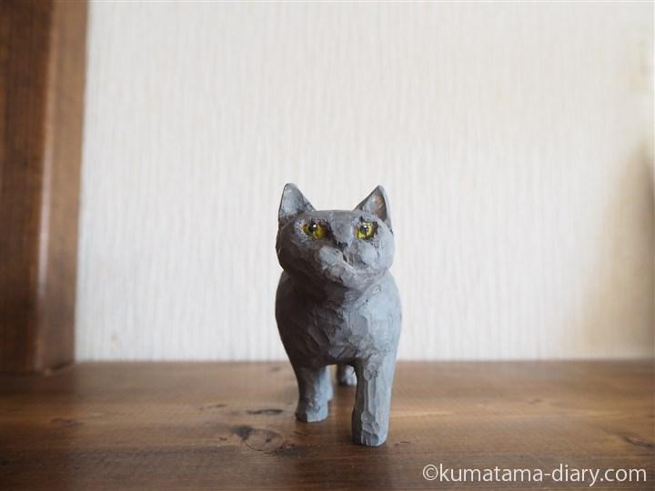 グレーの木彫り猫
