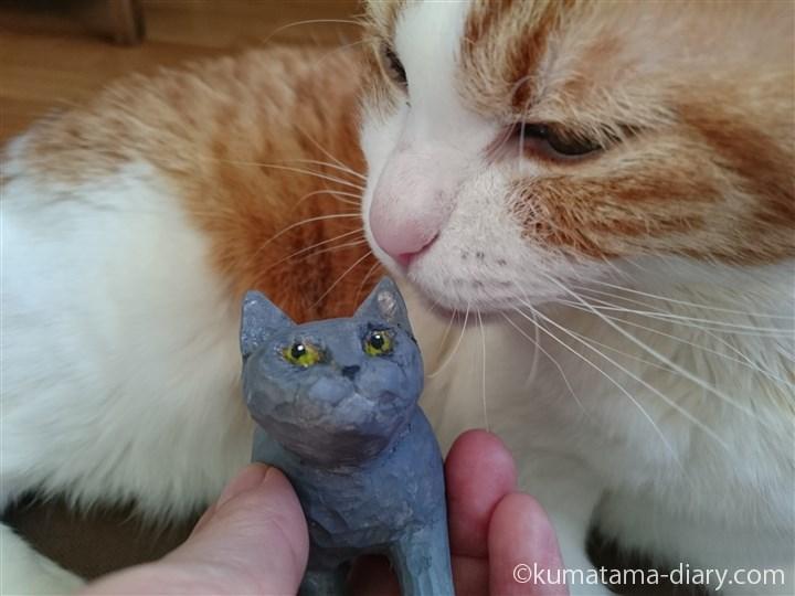 木彫り猫の耳をにおうたまき