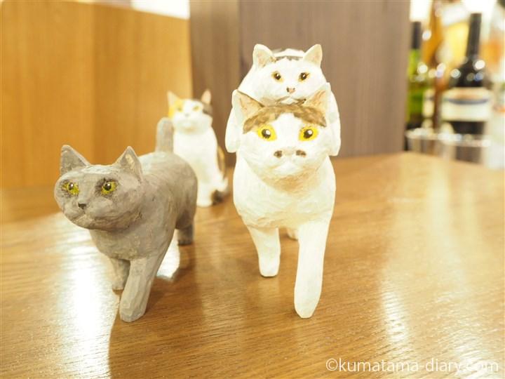 木彫り猫に乗る魔太郎さん