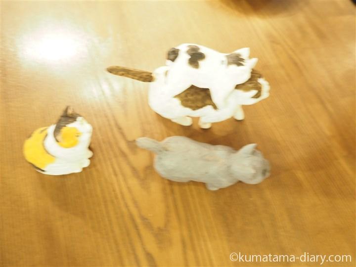 木彫り猫に乗る魔太郎さん上から
