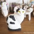 木彫りの白黒猫