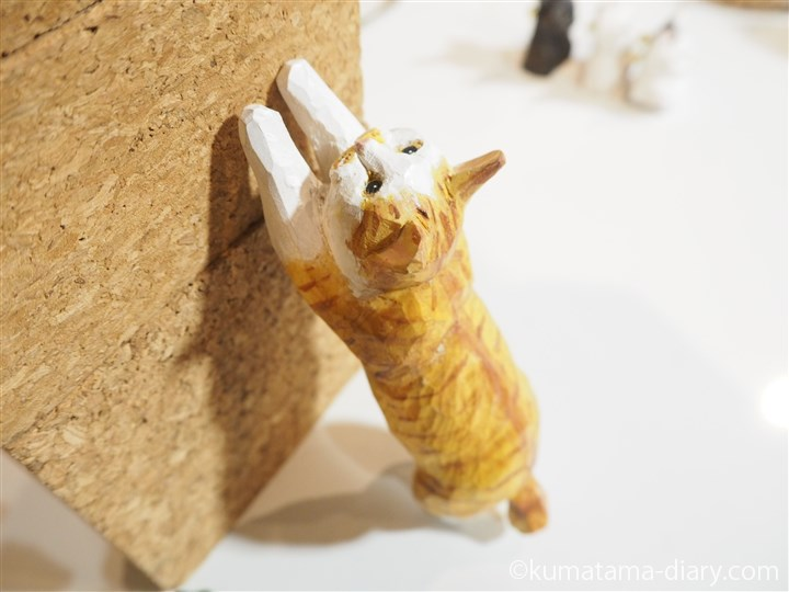 爪とぎ木彫り猫