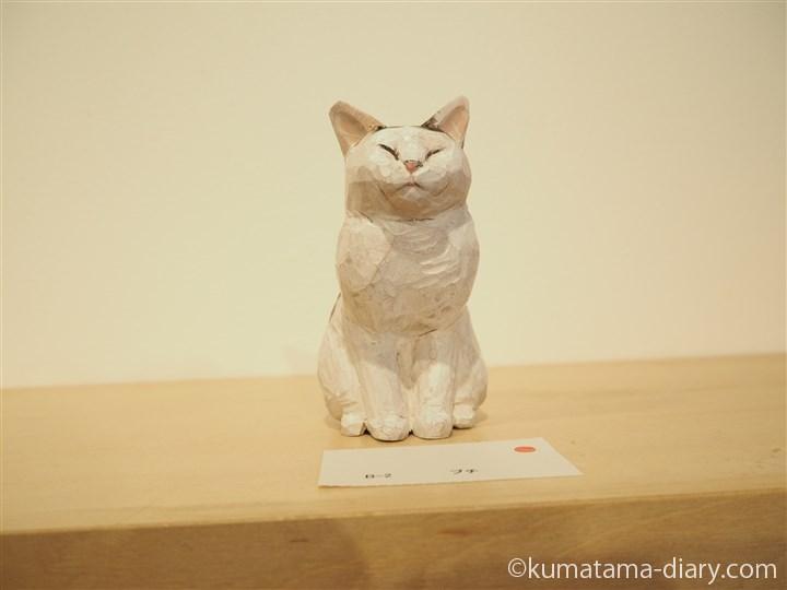 目をつぶる木彫り猫