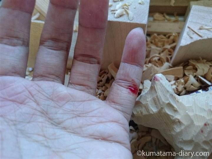彫刻刀で切った指先