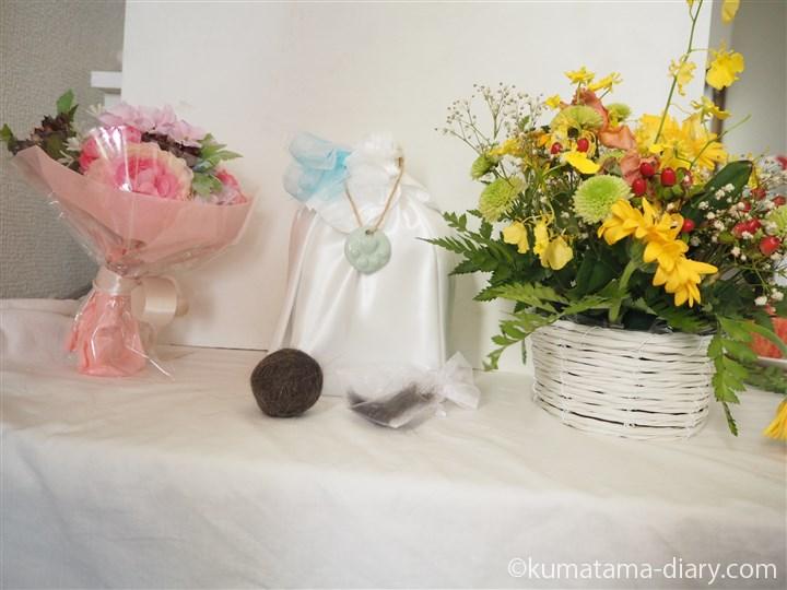 くまの骨壷とお花