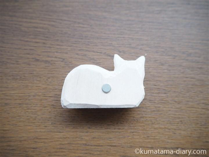 木彫り白猫マグネット裏