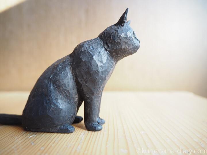 くま黒猫木彫り右