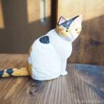 木彫りでしっぽの長い三毛猫さんを作りました