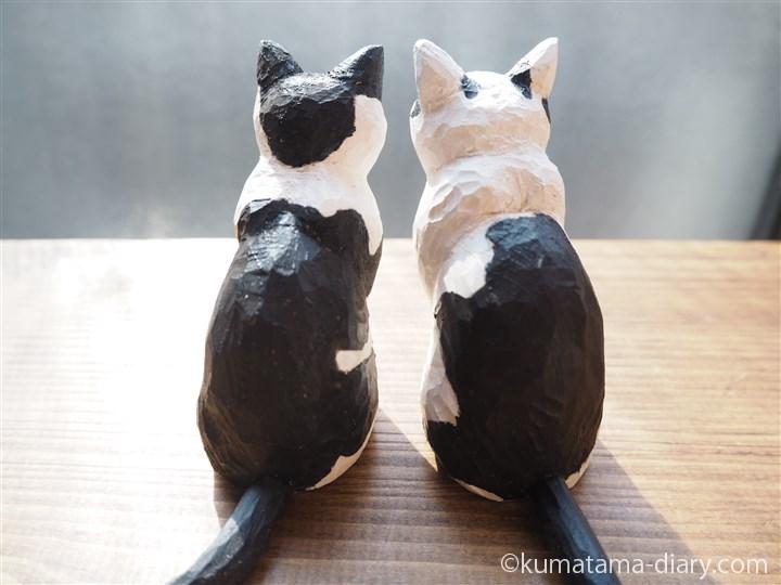 黒白猫さん木彫り後ろ姿