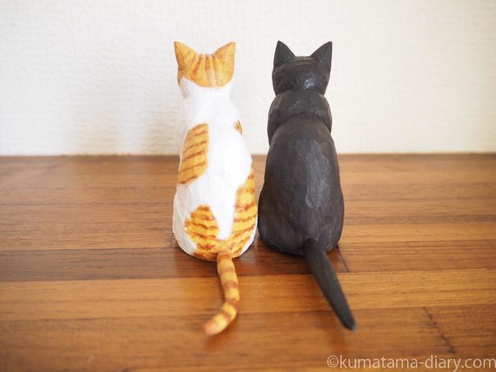 くまとたまき木彫り猫後ろ