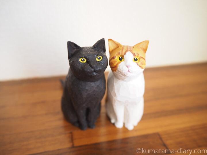 くまとたまき木彫り猫