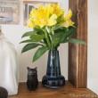 お花と木彫り猫