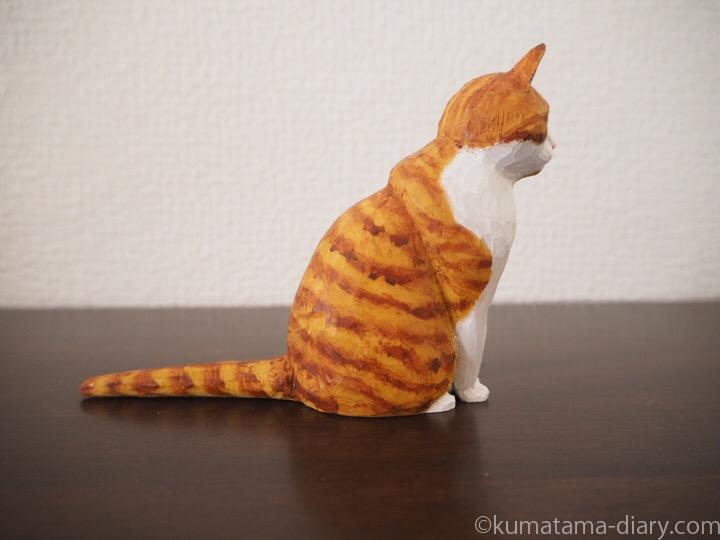 茶トラ白猫さん木彫り横