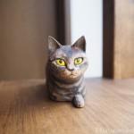 木彫りで前足を出して座るキジトラ猫さんを作りました