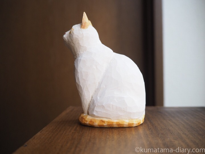 オレンジシャムの木彫り猫左