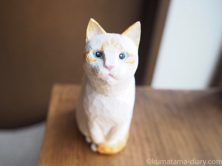 オレンジシャムの木彫り猫