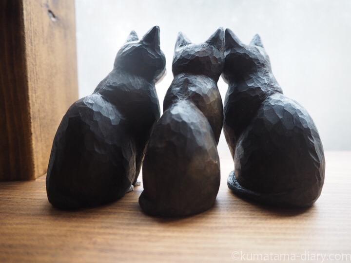 木彫り猫3体後ろ姿