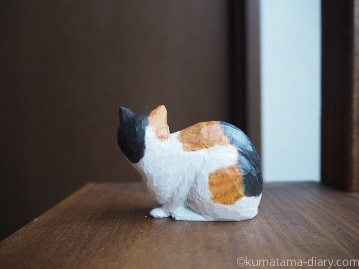 三毛猫木彫り後ろ