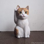 茶トラ白猫の招き猫を木彫りで作りました