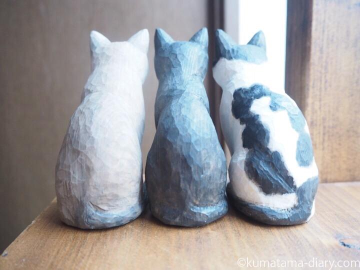 3匹木彫り猫後ろ