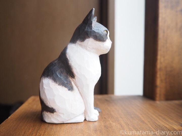 白黒木彫り猫エースくん右