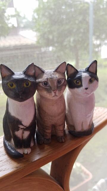 3匹の木彫り猫
