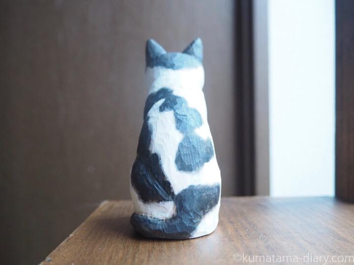 白黒猫木彫りトメオくん後ろ