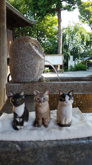 神社にて3匹の木彫り猫
