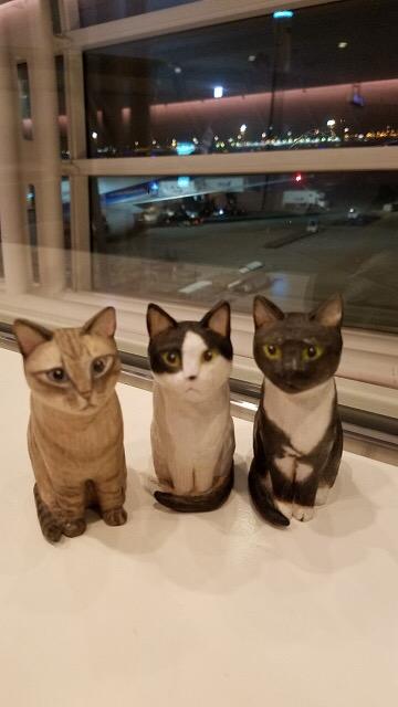 空港にて3匹の木彫り猫